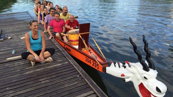 Děvčata Šternberka a Olomouce trénují na regatu dračích lodí