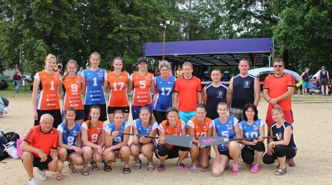 Pozdrav z jižních Čech: volejbalistky z Hané závodily na dračích lodích